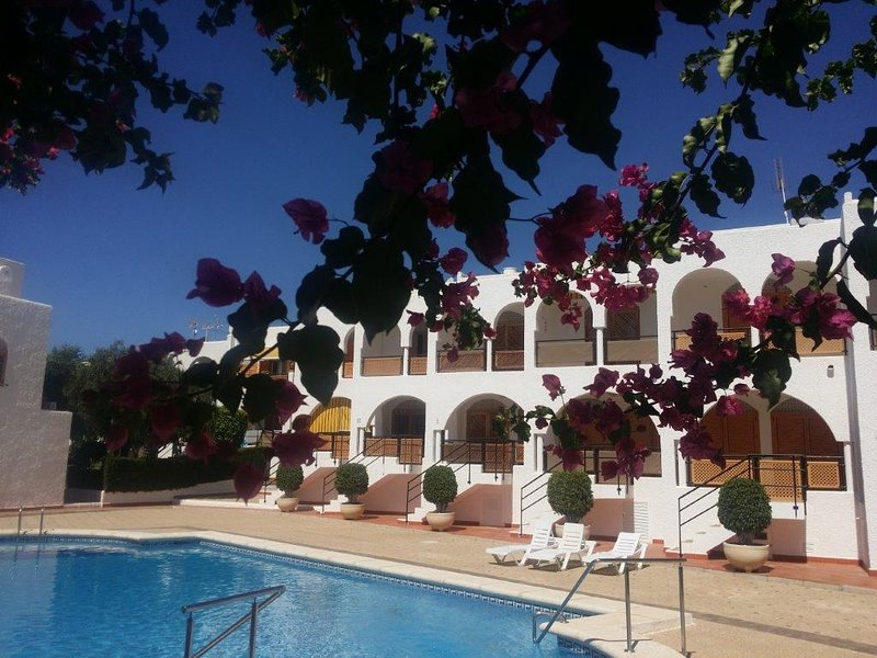AL04: 2 bed apartment with parking space, large communal swimming pool, casa vacanza a Puerto de Mazarron