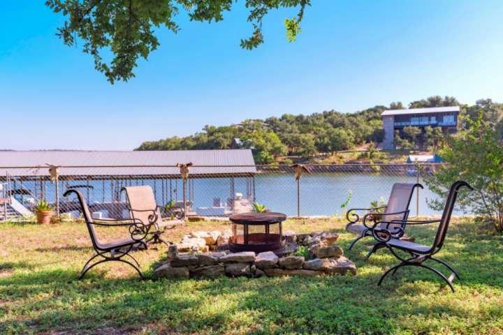 Détendez-vous avec un cocktail et une superbe vue sur le lac!