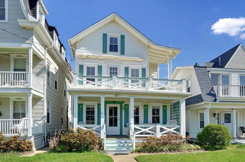 The Nichols House, ubicada en Bath Ave en Ocean Grove, NJ, está a solo tres casas de la playa.