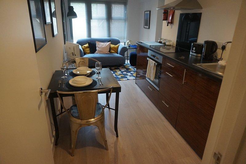 Áreas de estar, comedor y cocina.