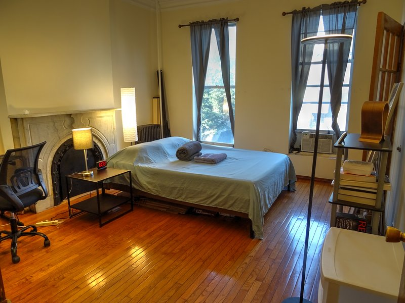 Bright Spacious Private Room on Quiet Tree-Lined Street, vakantiewoning in New York