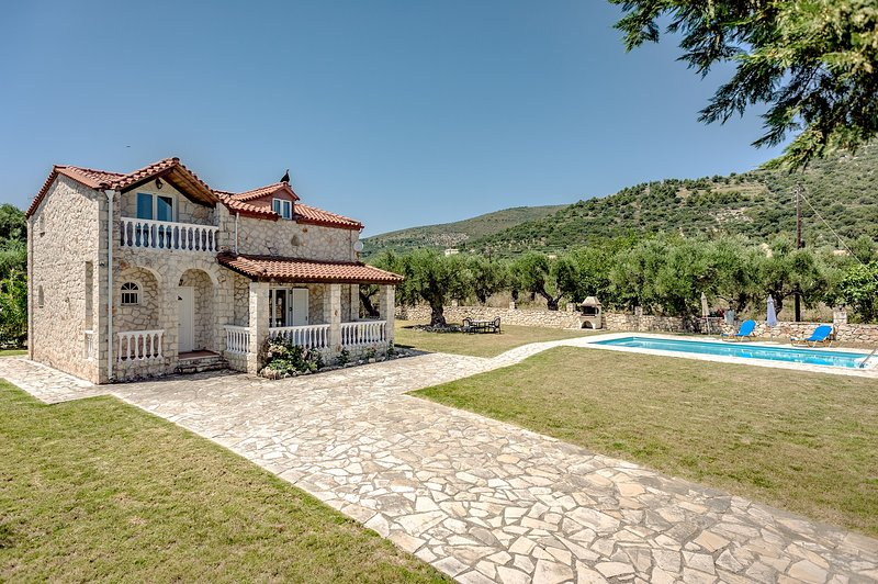 Villa Kathleen - a beautiful country house with large spacious swimming pool, holiday rental in Lithakia