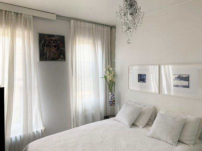 Beautiful room wt 2 windows, holiday rental in New York City