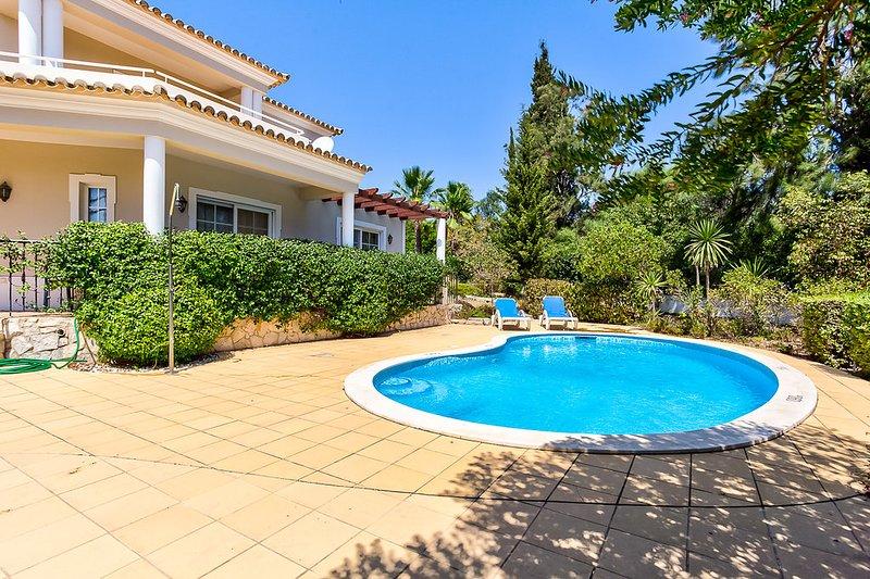 Spacious 4 bedroom villa with landscaped gardens, holiday rental in Estombar