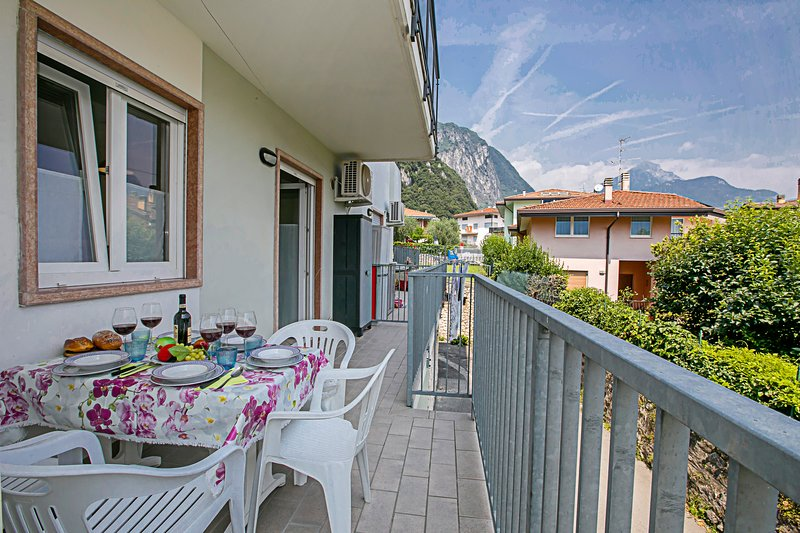 Il balcone per rilassarsi o cenare fuori