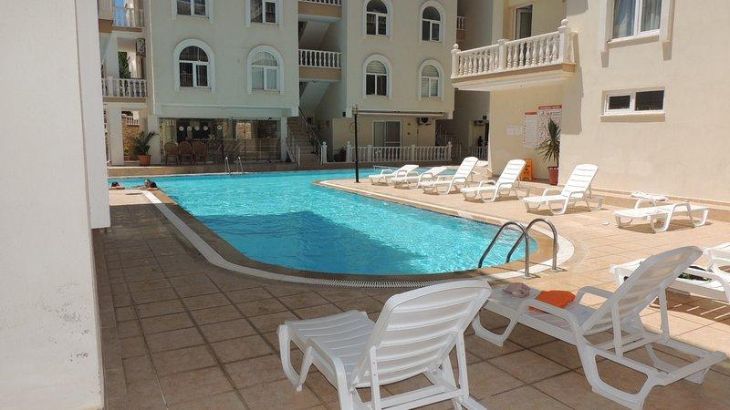 Amazing 2 bedroom apt next to swimming pool. (RENT PAT 2019-40), location de vacances à Mavisehir