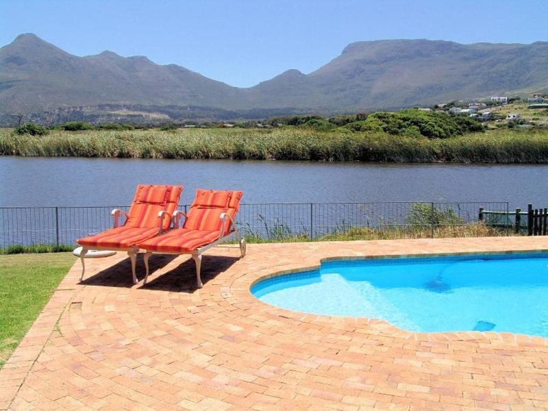 Stunning 3-bed lakeside villa with private pool, location de vacances à Sun Valley