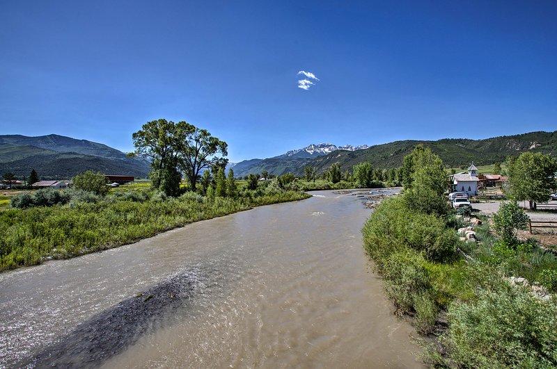 ¡Pasa las tardes pescando en el río!