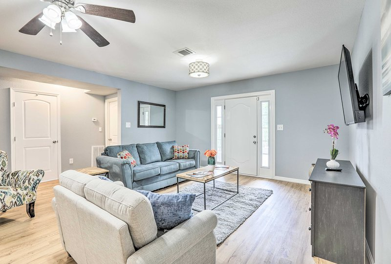 Unwind in this vacation rental between trips to the main attractions of Houston!