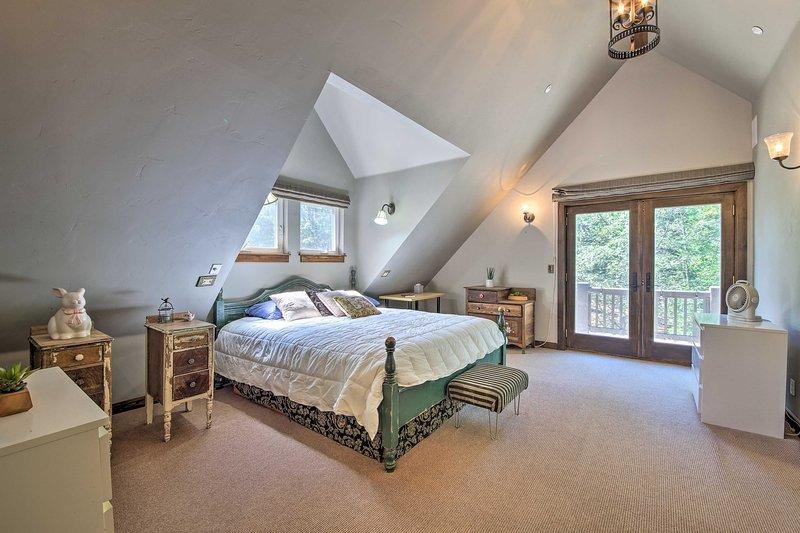 Trouvez un lit king-size qui attend votre arrivée dans la deuxième chambre principale.