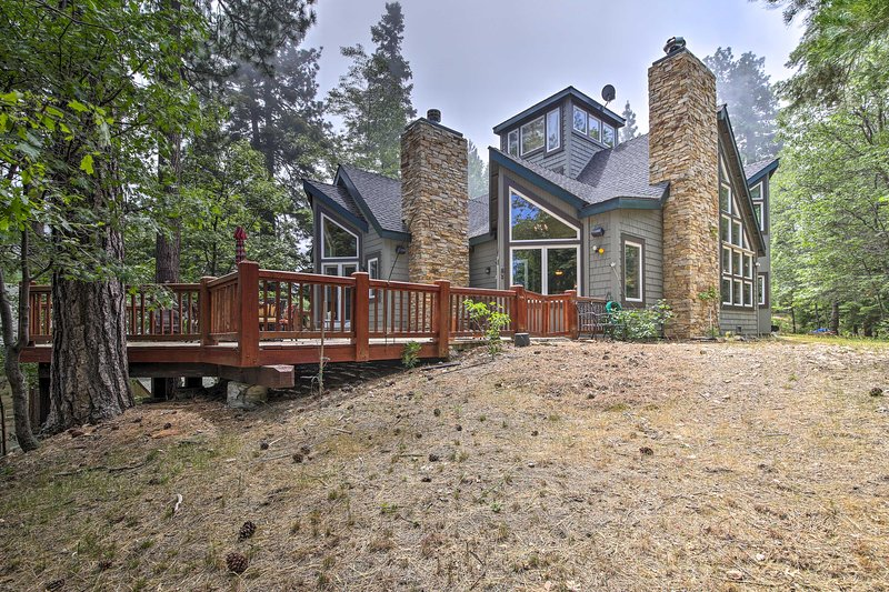 Riconnettiti con Madre Natura dal ponte di questa casa Lake Arrowhead.