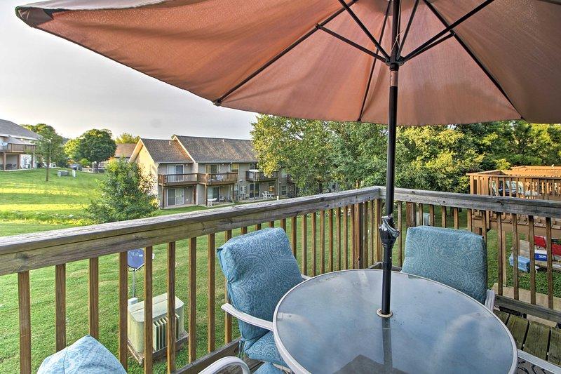 Profitez de paisibles soirées pour dîner en plein air sur le balcon privé du condo.