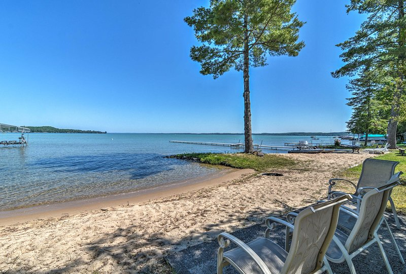 Modern Torch Lake Cottage w/ Dock & Fire Pit!, aluguéis de temporada em Kalkaska County