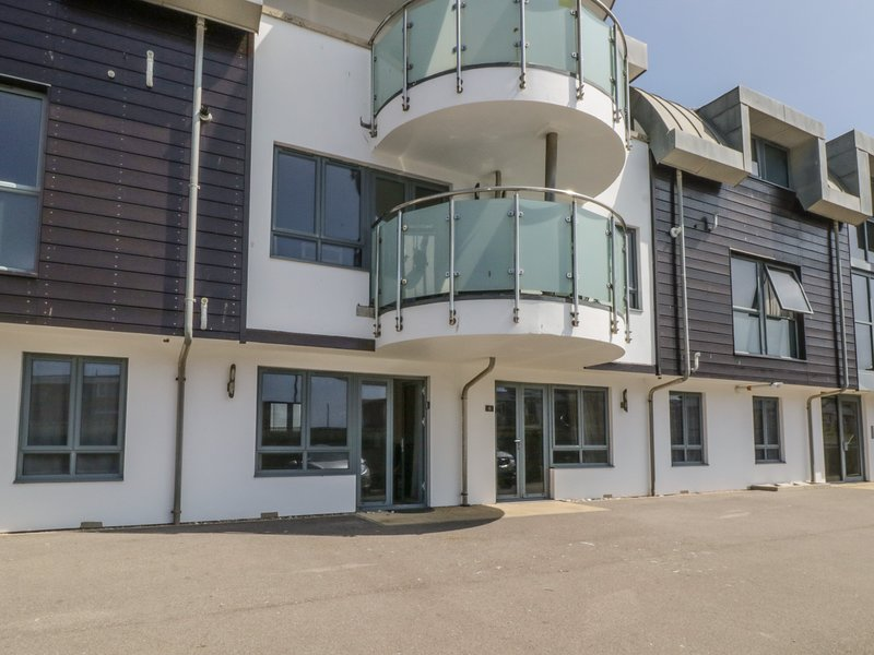 APARTMENT 7, moments from harbour and beach, West Bay, vacation rental in Bridport