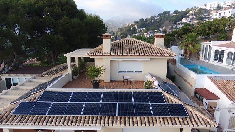 Installazione di pannelli solari a energia verde.