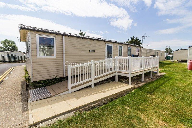 Brilliant 8 berth caravan in a prime location of Seawick park ref 27041S, holiday rental in Clacton-on-Sea