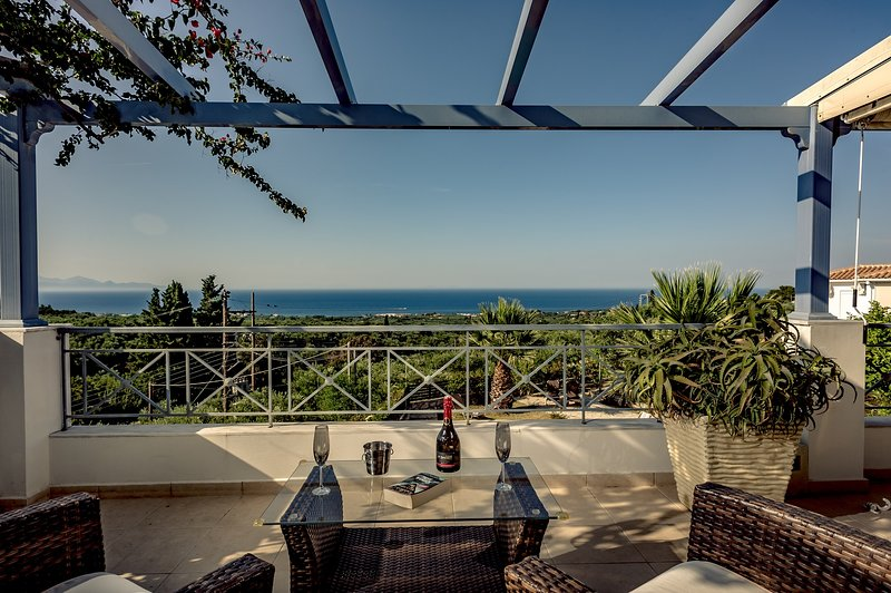 Villa Keshi - luxurious location & views, villa with private swimming pool., vacation rental in Kypseli