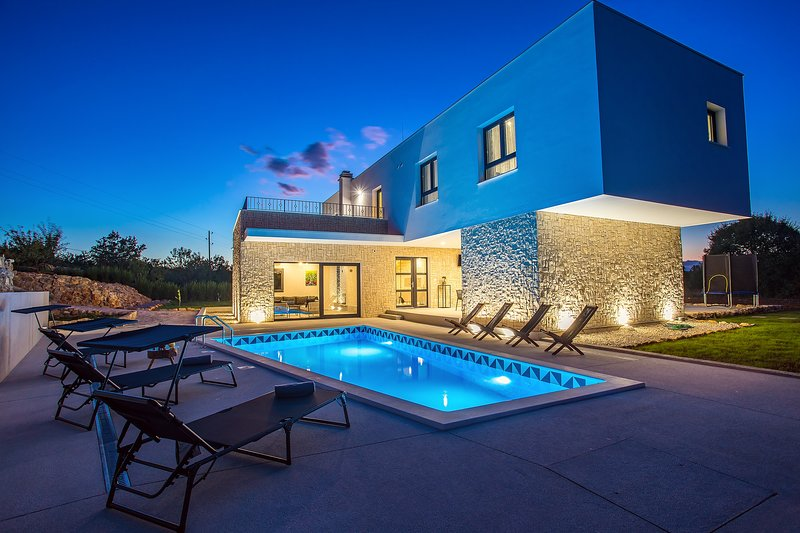 NEW! Modern Villa M30 with heated pool, 3 en-suite bedrooms, location de vacances à Trilj
