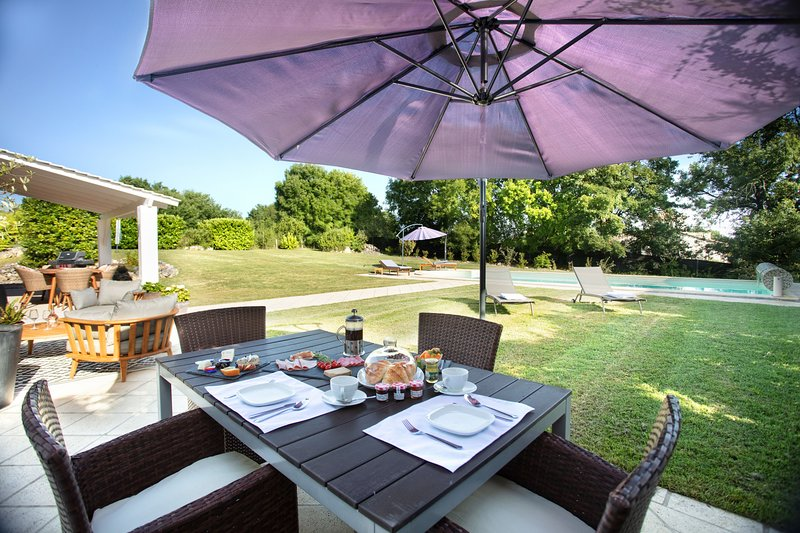 A beautiful gite in southern France with stylish decor and manicured grounds., holiday rental in Madaillan