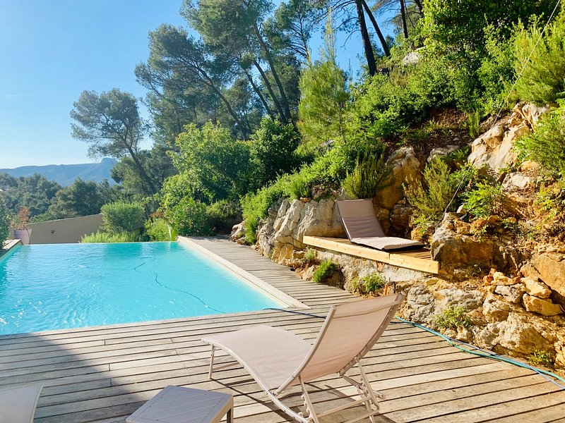 Beautiful house with shared pool, vacation rental in Cuges-les-Pins