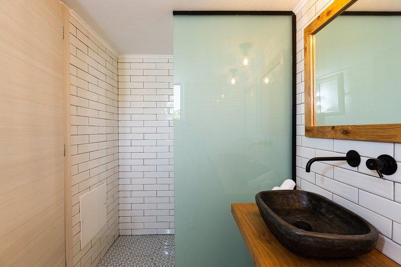 Il bagno è dotato di cabina doccia.