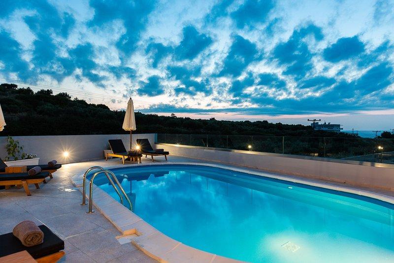 Illuminazione d'atmosfera della piscina serale con viste mozzafiato.