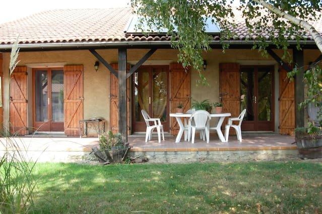 Beautiful villa with swimming-pool, aluguéis de temporada em Salies-du-Salat
