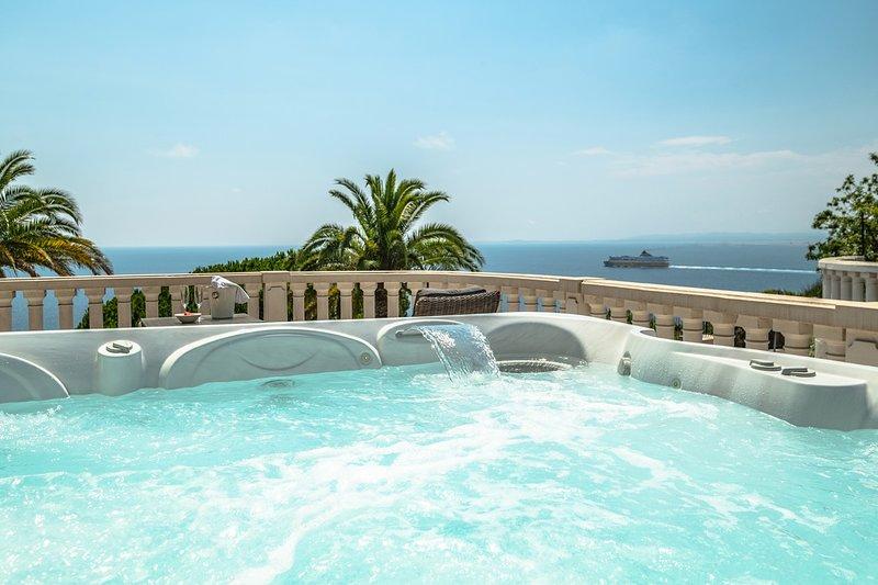 VILLA BORON - Unique 5 bed villa with Jacuzzi! AND indoor POOL!, Ferienwohnung in Nizza
