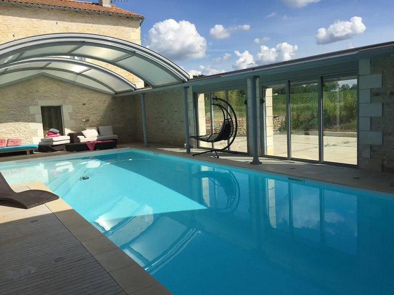Nice house with pool access, location de vacances à Saint-Georges-lès-Baillargeaux