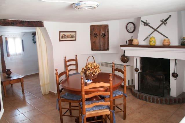 Spacious house in Beamud & Wifi, alquiler de vacaciones en El Vallecillo
