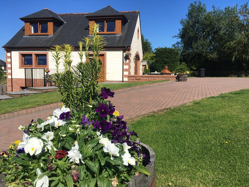 Austin House, Dumfries, sleeps 6,  with 8 seat Hot Tub, vacation rental in Kirkpatrick Durham