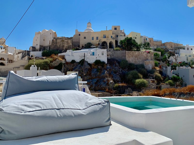 Timedrops Santorini Kallisti Courtyard Suite, holiday rental in Emporio