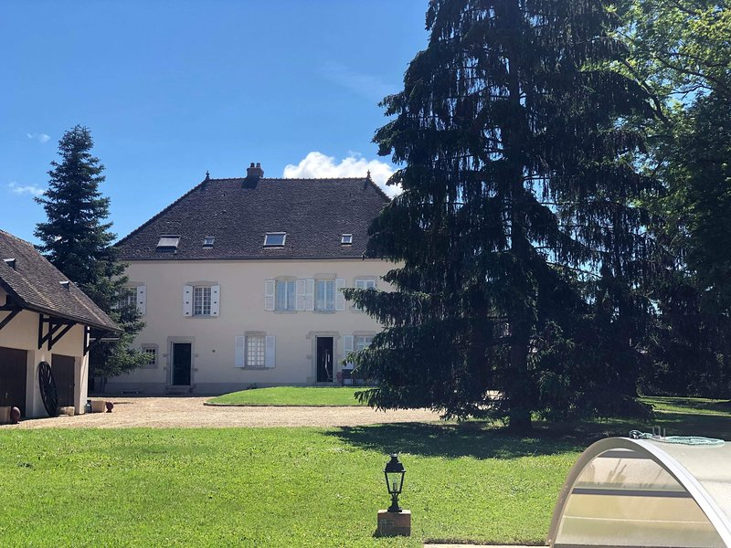 Nice house with shared pool & Wifi, holiday rental in Saint-Martin-en-Bresse