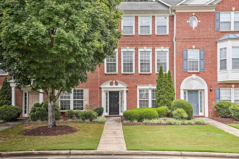 Townhome ~1 Mi to Kennesaw State University!, holiday rental in Woodstock