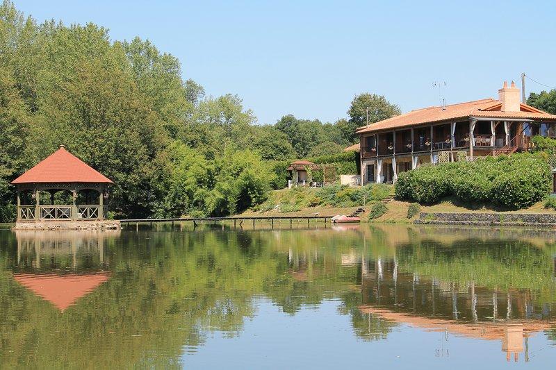 Lake Noble Lakeside Gite, Vendée, France, holiday rental in Montournais