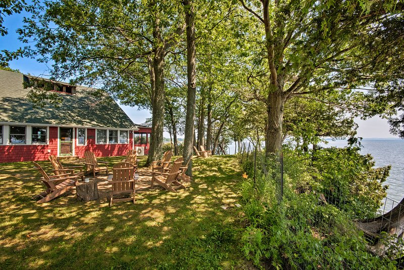 Rustic Lake House on Lake Champlain's Barney Point, casa vacanza a Keeseville