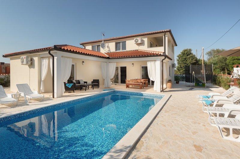 Ferienhaus Villa mit Pool, aluguéis de temporada em Loborika