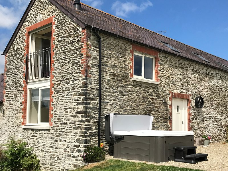 YSGUBOR - THE BARN, bright, spacious and modern, WiFi, pet friendly, holiday rental in Cilgerran