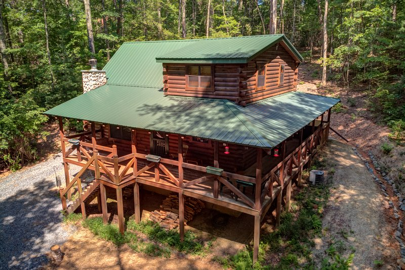Dog-friendly cabin w/ fireplace, hot tub, grill & private deck, vacation rental in Epworth