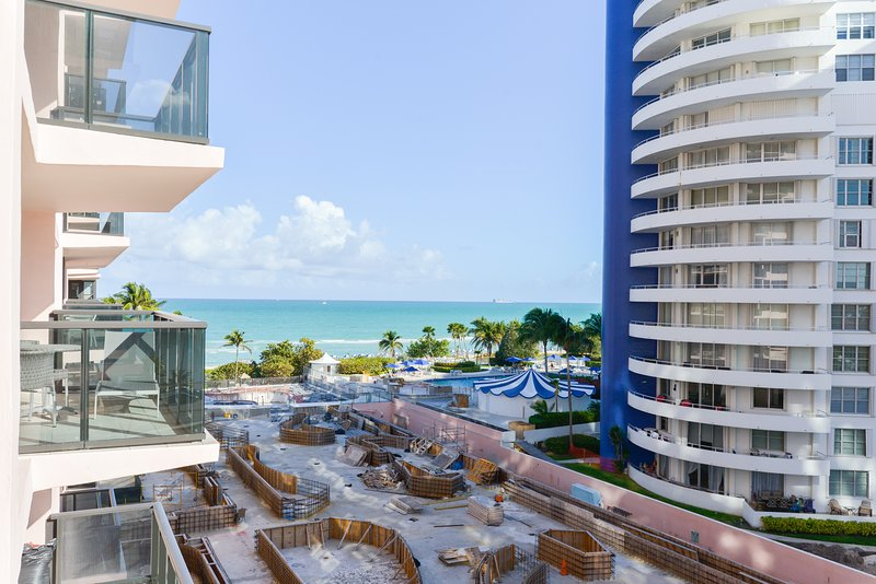 Stylish condo at oceanfront resort w/ balcony, beach access & 2 shared pools/gym, holiday rental in North Bay Village