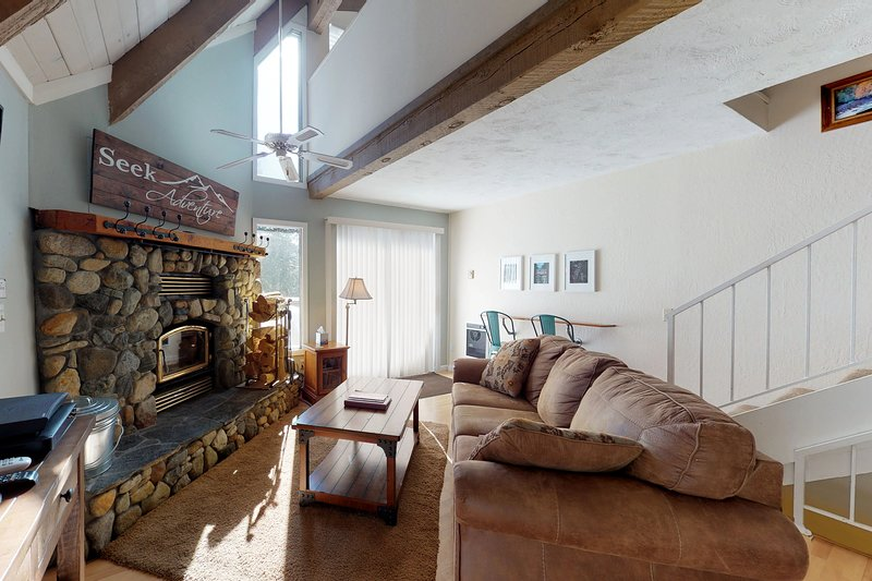 Cozy condo close to lake w/ shared pool & hot tub - skiing & hiking Chalet in Mammoth Lakes