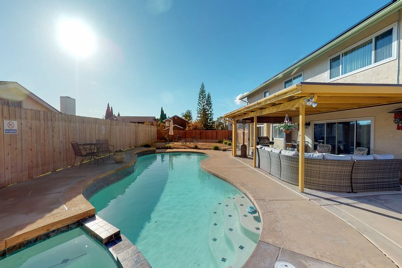 Colorful home w/ a private pool, furnished patio, & pool table!, location de vacances à Bonita