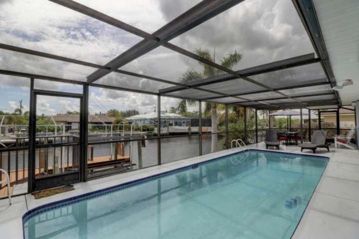 Goditi la tua piscina privata riscaldata, l'ampia lanai completamente schermata e la facciata sul canale per la migliore vacanza a SW in Florida.