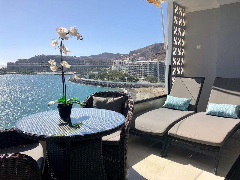 Votre balcon privé donne sur la mer et la côte calmes.