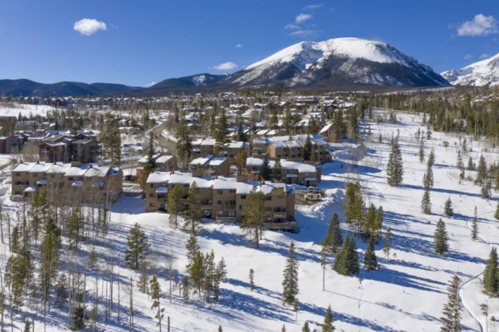 Minutes from All Skiing! Wood Burning Fireplace, Mountain & Lake Dillon Views, F, vacation rental in Wildernest