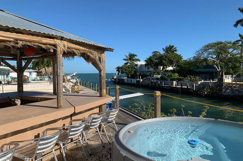 Waterfront home w/ a Tiki hut, private outdoor spa, dock, & amazing Gulf views, vacation rental in Marathon Shores