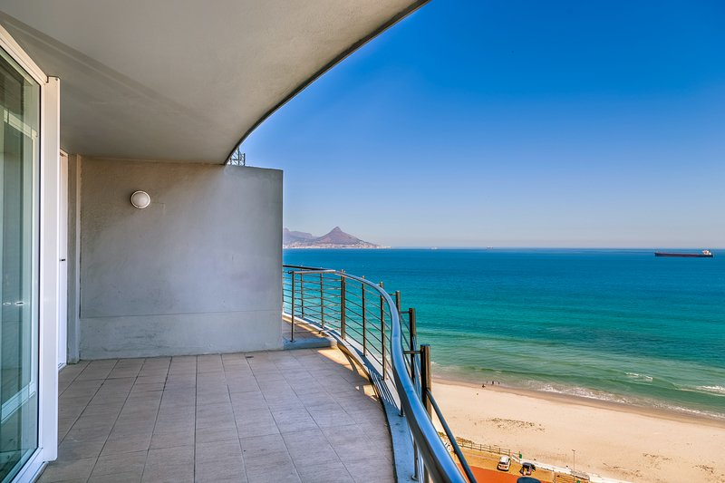 Apartment w/ amazing ocean view, balcony & shared pool - steps to beach!, holiday rental in Table View