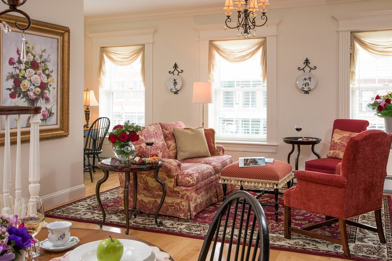 Luxurious suite w/ full kitchen and garden patio - views of Main Street, vacation rental in Searsport