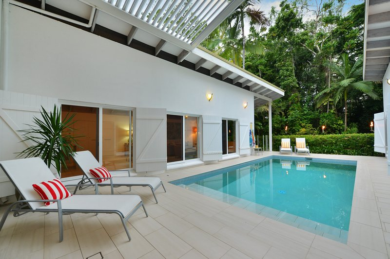Pavilions in the Palms  Heated Pool Short Path To Beach Five Bedrooms Sleeps 12, vacation rental in Port Douglas