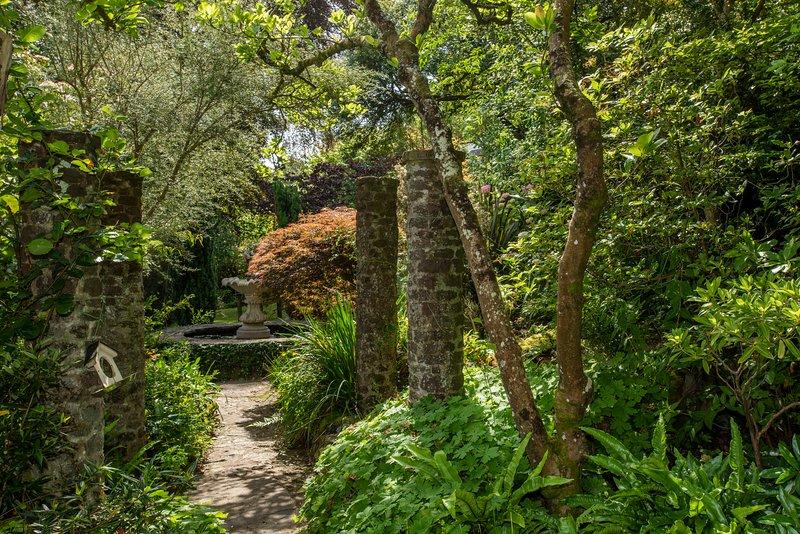 Stagno rialzato e ingresso ai giardini